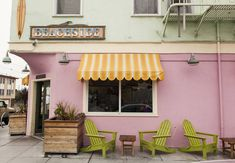 Local hotspot: Java Beach Cafe. Coffee sessions after surf sessions are common in Ocean Beach.
