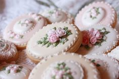 so beautiful! by Donatella Semalo: Festa della mamma: biscotti decorati in ghiaccia reale :)