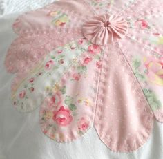 dresden with yo yo center This is so pink:). Great idea for my dresden plate quilt. Dresden Quilt, Quilt Baby, Quilting Projects, Sewing Projects, Yo Yo Quilt, Applique Quilts, Quilt Tutorials, Quilt Blocks, Quilt Patterns