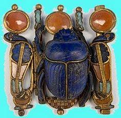 El Escarabajo Egipcio. Son generalmente pequeños y están agujereados para permitir engarzarlos en un collar, y en la base llevan una breve inscripción o un cartucho egipcio En general se usaban como amuletos, y en su reverso llevaban figuras o textos. Algunos tenían escrito el nombre de su propietario y se han utilizaban como sellos.