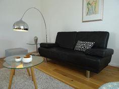 Verkaufen ein schwarzes von Rolf Benz schwarzes 2er Sofa aus Leder. Das Rückenteil ist auch mit Leder bezogen, so kann man das Sofa auch schön in den Raum stellen. Sitzfläche ist noch TOP nichts durchgesessen. Maße:1,80 cm lang 92 cm breit53 cm Sitzfläche80 cm hochNur Selbstabholer