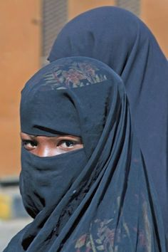 NIQABIS.....YEMEN....SQUARDI.....PARTAGE OF VICTORIA JONES..... Beautiful Muslim Women, The Beautiful Country, Beautiful Hijab, Beautiful Outfits, Yemeni People, Arabic Dress, Muslim Beauty, Face Veil, Hijab Niqab
