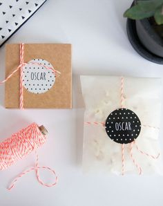 Doopsuiker zwart-wit met driehoekjes en fluo oranje touw (c)Alsjeblief.be Kids Cards, Baby Cards, Mail Art Envelopes, Mail Gifts, Pen Pal Letters, Gift Box Packaging, Diy Gift Box, Gift Labels, Party In A Box