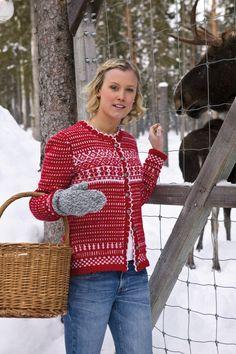 Denne koselige, mønsterstrikkede jakken syns vi nesten at roper om jul når den strikkes i rødt og hvitt. Men denne kan bli også bli riktig flott i grafisk sort og hvitt eller duse pasteller. Valget er ditt. Det finnes flere garnvalg og en mengde farger å velge i mellom.
