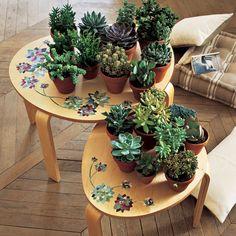 Des tables décorées de fleurs en papier