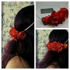Grinalda rosas vermelhas cereja aveludadas e fio em pérolas.