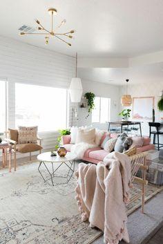 como-decorar-una-habitacion-salon-colores-pastel-sofá-alfombra-mesa-redonda-lamparas-colgantes