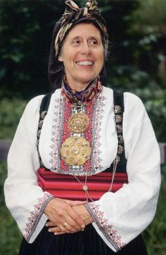 Hello all, today I am returning to Telemark, one of the richest provinces in terms of folk art and costume in Norway. Telemark has. Going Out Of Business, Bridal Crown, Folk Costume, Cool Costumes, Traditional Outfits, Vintage Photos, Norway, Bridal Dresses, Culture
