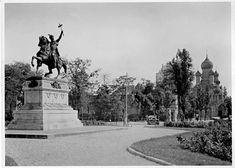 Bucuresti 1925 Scuarul statuii lui Mihai Viteazul înconjurat de un mic parc. În prim plan, în stânga, se află pe soclu, statuia ecvestră a domnitorului Mihai Viteazul (1593 - 1601), care ţine în mâna stângă o secure dublă de luptă. În dreapta, în plan îndepărtat se vede Biserica Rusă. 3 Mai, Bucharest Romania, Time Travel, Budapest, Old Photos, Statue Of Liberty, The Past, Memories, Places