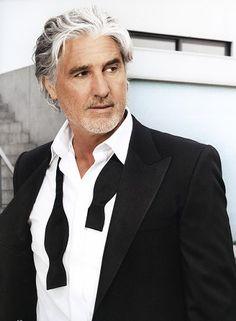 31 Ways to rock grey hair for men Older Mens Hairstyles, Trendy Hairstyles, Men's Haircuts, Grey Hair Men, Gray Hair, Silver Foxes, Beach Hair, Silver Hair, Male Beauty