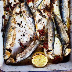 Sardines zijn heel makkelijk te bereiden, zoals in dit gerecht. Doe alle ingredienten in de braadslede en laat de oven het werk doen.    1 Verwarm de oven voor tot 220 °C. Leg de sardines in een grote braadslede. Pers er de ongepelde tenen...