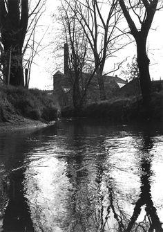 Foto van De Kleine Dommel met op de achtergrond textielfabriek H. Eijcken en Zonen. Foto gemaakt door: Otger Koch. River, Outdoor, Outdoors, Outdoor Games, Outdoor Living, Rivers