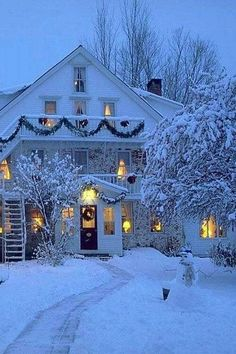 Winter farmhouse, garland everywhere, snow, lights on, very pretty. Winter Szenen, Winter Love, Winter Magic, Winter Christmas, Christmas Home, Christmas Lights, Winter White, White Christmas Snow, Christmas Decorations