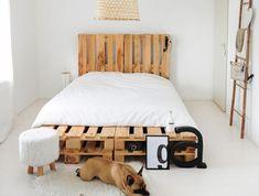 fabriquer une tete de lit en palette, chambre à coucher blanche avec meubles en bois et tapis en faux fur blanc