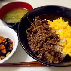 おばあちゃんから頂いた牛肉のしぐれ煮を使ってみましたー(*^^*) 献立は2色丼、ひじきの煮物、水菜と玉ねぎのお味噌汁…です! - 13件のもぐもぐ - 3/20 晩ごはん by azusa33
