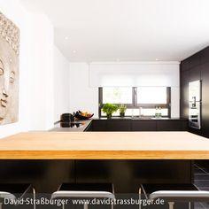 schöne Küche mit klarer Linienführung von eggersmann Black Kitchens, Küchen Design, Modern, Conference Room, Couch, Table, Furniture, Home Decor, Bar