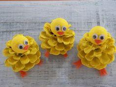 Des poussins jaunes faits avec des cônes