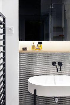 Une salle d'eau entre noir et blanc