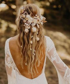 Relaxed outdoor wedding mood with inspiration from the + dried flowers - green wedding shoes - dried flowers boho fris . Wedding Hair Flowers, Wedding Hair And Makeup, Flowers In Hair, Dried Flowers, Hair Wedding, Flower Crown Wedding, Bride With Flower Crown, Boho Flowers, Boho Wedding Hair Half Up