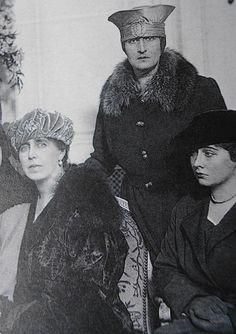 Regina Maria (Missy) cu cele două fiice mai mari, Elisabeta (Lisaveta), Regina Greciei, si Maria (Mărioara, Mignon), Regina Iugoslaviei.