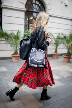 2017年春夏ロンドン・ファッション・ウィークから最新のストリート・スナップをお届け。