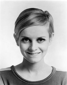 1967 by Bert Stern. Twiggy's like a little boy – she's a teenage Garbo. A Marvellous Collection of Photos of Dame Lesley Lawson aka Twiggy - Flashbak Best Short Haircuts, Cool Haircuts, Cool Hairstyles, Celebrity Hairstyles, Hairstyles Haircuts, Estilo Twiggy, Short Hair Cuts, Short Hair Styles, Pixie Cuts