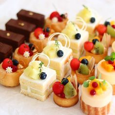 Dessert Decoration, My Dessert, Dessert Recipes, Fancy Desserts, Cafe Food, Miniature Food, Mini Cakes, Sweet Recipes, Cake Decorating