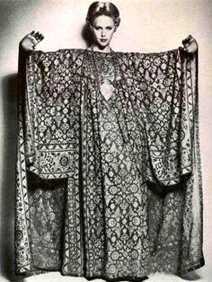 Rocking the vintage caftan. Fashion Moda, 70s Fashion, Fashion History, Vintage Fashion, Lolita Fashion, Gothic Fashion, Fashion Online, Fashion Dresses, Fashion Tips