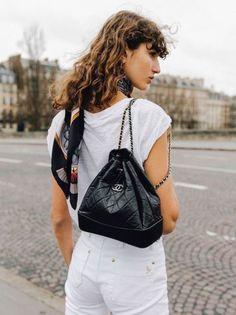 Chanel Handbags, Designer Handbags, Chanel Bags, The Perfect Girlfriend, Jeans Slim, Chain Shoulder Bag, T Shirt, Fashion Accessories, Vintage Fashion