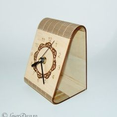 Ceas de lemn triunghiular