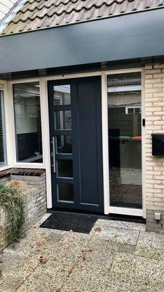 Kunststof voordeur van Gayko met natuursteendorpel daardoor lage overstap. Modern Front Door, Outdoor Decor, House, Garage Doors, Home, Front Door, Modern House, Modern, Doors