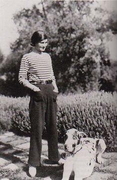 J'adore ce look de Coco Chanel : pantalon fluide et bien long et marinière bien taillée.