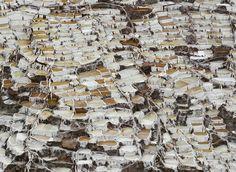 俯瞰马拉斯 Maras 地区,白色的盐田像阶梯一样向下延伸,秘鲁 Peru 库斯科 Cusco。马拉斯盐田的历史最早可以追溯至11世纪印加帝国时期,每块盐田食盐产量超过150公斤,目前每公斤食盐的市价约为0.34美元。摄影师:Enrique Castro-Mendivil