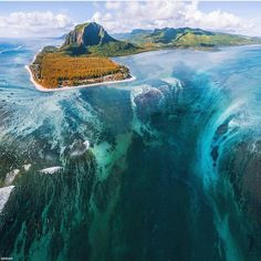Stunning underwater illusion on the west coast of Mauritius