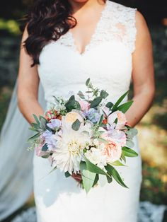 15 beautiful (and trendy!) fall bouquets to inspire your style, complete with the flowers used in each bunch so you can tell your florist exactly what you're looking for.