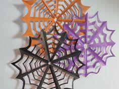 ⑧ハサミを入れ終えたら広げて完成 カットし終わったら、広げれば蜘蛛の巣が完成します! 切り落とす部分と残す部分のバランスがポイントです。 蜘蛛の巣らしく見せるためには、残す部分が細い方がいいでしょう。 ただし、細すぎると切れてしまったりするので、気を付けてくださいね!カットの仕方によってもできる形が違うよ! 内側のカットの形によっても蜘蛛の巣の形は随分と異なります。 例えば写真のようにハサミを入れた蜘蛛の巣はどうなるでしょうか? (外側が赤、内側が黒の折り紙で作ってみました)好みの形を研究してみても楽しそう! 内側の切り込みも外側に合わせて、弧を描くようにしただけで、こんなに形が変わるんです。 本当にシンプルに作っているのに、印象がこんなに変わるなんて驚きますね! 飾ってみよう! 作った蜘蛛の巣は壁などに貼り付けて、飾ってみましょう! 両面折り紙で作ったのであれば、モビールのようにしてみてもステキかもしれませんね! ぜひ蜘蛛の巣を作って、お子さんと一緒にハロウィンの飾り付けを楽しんでみてください!