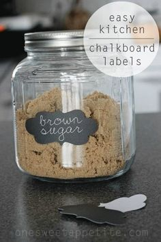 kitchen-chalkboard-labels Love this idea for in the pantry. Powdered sugar, brown sugar, coconut, etc.