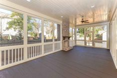 01 Gorgeous Farmhouse Screened In Porch Design Ideas for Relaxing – Decoradeas - Terrasse Back Porch Designs, Screened Porch Designs, Screened In Porch, Front Porch, Screened Porch Decorating, Br House, House With Porch, Home Porch, Tiny House