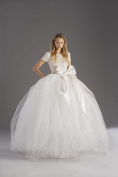 The princess-style wedding gown is not for everyone. The rock 'n' roll bridal trend includes models with shorter hem lengths as well as unusual and unexpected touches and color. A far cry from the volume and length synonymous of classic princess gowns, the rock'n'roll wedding attire is fun with a decidedly quirky and unique spirit.