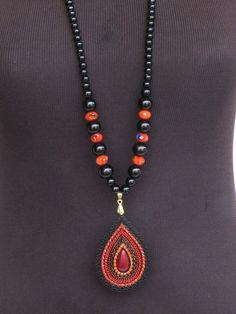 Colar maravilhoso em bolas de pedra preta e vermelhas com pingente trabalhado com cristais. <br>Peça única.