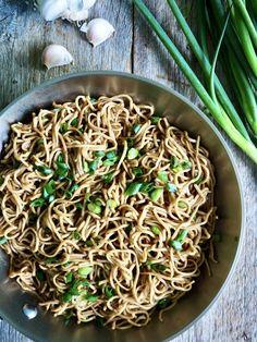 Sulten? Dårlig tid? Da lager du lettvinte nudler med hvitløk!  Kan spises som en rett i seg selv eller serveres med kylling for eksempel.   Bland gjerne inn andre grønnsaker - løk, paprika, grønnkål. brokkoli, og så videre for en mer næringsrik variant. Tex Mex, Spaghetti, Pasta, Ethnic Recipes, Food, Lasagna, Red Peppers, Essen, Meals