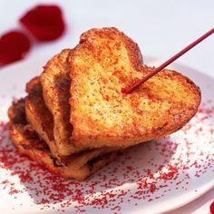 Saint-Valentin : Découvrez la recette Cœurs de pain perdu à l'eau de rose sur cuisineactuelle.fr.