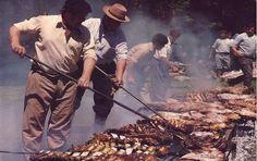 """Asado. Si bien los asados más conocidos se realizan con carnes de vaca, cordero y chivito (cabrito), debe recordarse la frase citada en el Martín Fierro: """"Todo bicho que camina va a parar al asador"""", puede añadirse: """"Todo bicho que camina, nada o vuela va a parar al asador""""."""