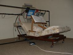 Gambiarras nas mesas de PC usam ventilador preso com fita adesiva e até casinha de gato Computer Setup, Gaming Setup, Jon Rafman, Heroes And Generals, Something Awful, Pinterest Projects, Cursed Images, Drafting Desk, Contemporary