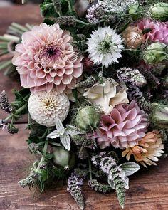 """årstidens bästa på Instagram: """"Fredagsbuketten. ~ Om ni vill se hur jag gjorde den så hittar ni filmklippet i min profil under ikonen igtv. Njut av Fredagen kära ni.…"""" Floral Wreath, Wreaths, Flowers, Bouquet, Instagram, Home Decor, Profile, Floral Crown, Decoration Home"""