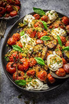 Grilled eggplants, roasted tomatoes and burrata cheese with .- Gegrillte Auberginen, geröstete Tomaten und Burrata-Käse mit Knoblauch Herb Br… Grilled eggplants, roasted tomatoes and burrata cheese with garlic herb breadcrumbs - Veggie Recipes, Vegetarian Recipes, Dinner Recipes, Cooking Recipes, Healthy Recipes, Recipes For Tomatoes, Food52 Recipes, Fresh Tomato Recipes, Radish Recipes