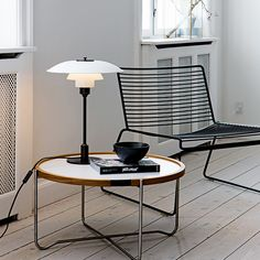 Vi har PH 3½-2½ Bordlampe i hvid designet af Poul Henningsen. Kig ind og se denne og mange andre af de skønne Poul Henningsen Lamper.