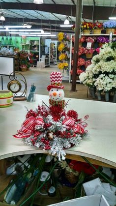 Ping pings Christmas Floral Arrangements, Christmas Wreaths, Table Decorations, Holiday Decor, Home Decor, Decoration Home, Room Decor, Home Interior Design, Dinner Table Decorations