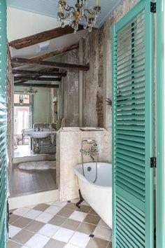 salle de bain rétro , lustre baroque, porte en bois bleu, salle de bain de style rétro