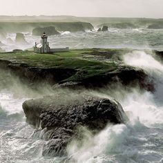 Eingebettet in ein Häuschen ragt der Leuchtturm auf einem Felsplateau an der klippenreichen Küste der Bretagne empor. In der vorelektrischen Zeit wohnte hier ein Leuchtturmwärter. Er hütete das Licht, das die Schiffe durch Westfrankreichs Gewässer lotste – Diese Karte hier online kaufen: http://bkurl.de/pkshop-212075 Art.-Nr.: 212075 Behütetes Licht | Foto: © Philip Plisson | Text: Rolf Bökemeier